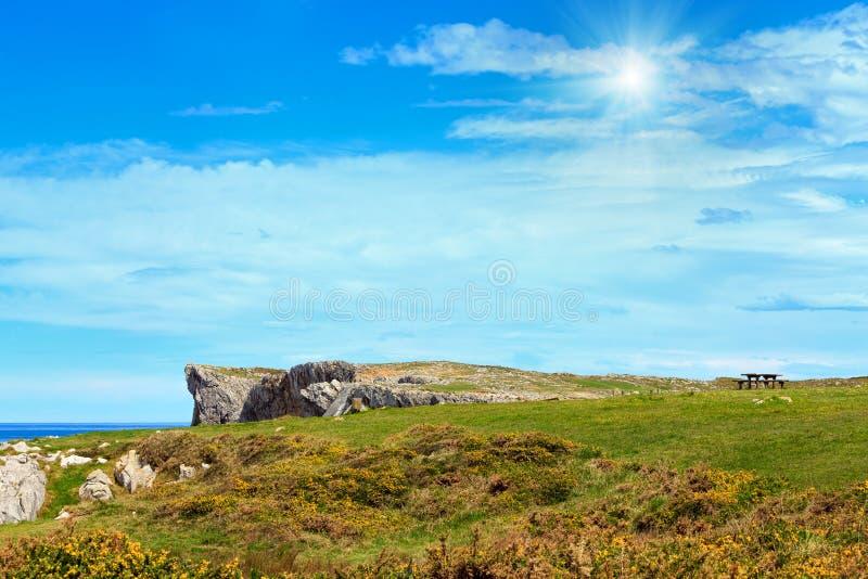 夏天sunshining的海岸的休息处 免版税库存图片
