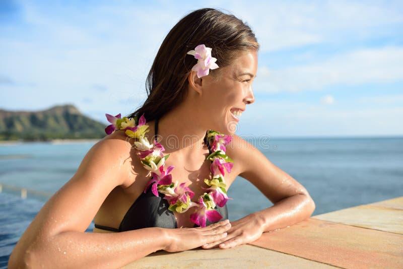夏威夷假期妇女在度假在海滩胜地 库存图片