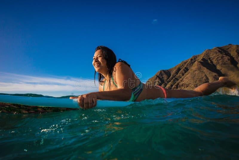 夏威夷冲浪者女孩在她的水橇板的水中 免版税图库摄影