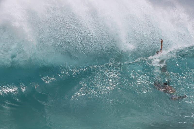 夏威夷夏令时身体冲浪的波浪回流 免版税库存照片