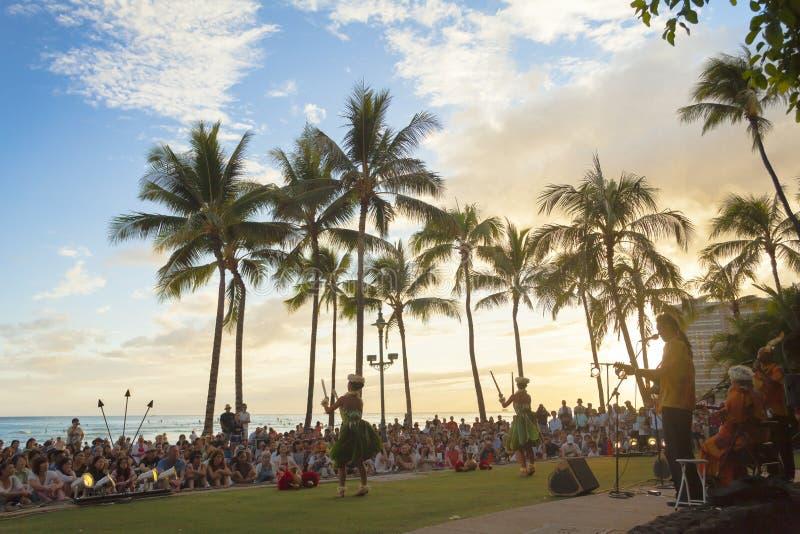 夏威夷奥阿胡岛waikiki海滩一个小乐队播放典型的夏威夷音乐 库存照片