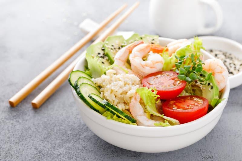 夏威夷捅碗用虾、米和菜、健康菩萨碗用大虾,米、鲕梨、黄瓜、蕃茄和莴苣 库存照片