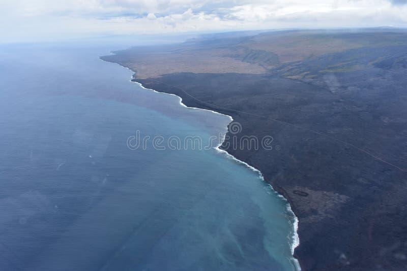 夏威夷的涌入太平洋的基拉韦厄火山Arial视图  库存照片