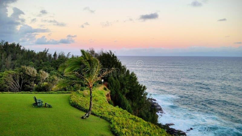 夏威夷考艾山上悬崖落日,带安迪龙达克椅 免版税库存照片