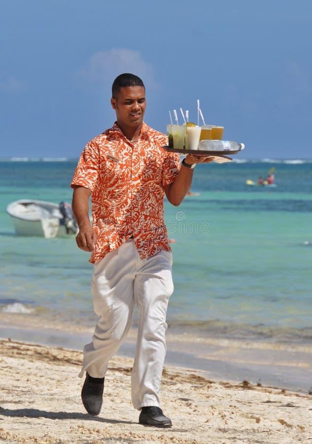 夏威夷衬衣的多米尼加共和国的侍者 免版税库存图片