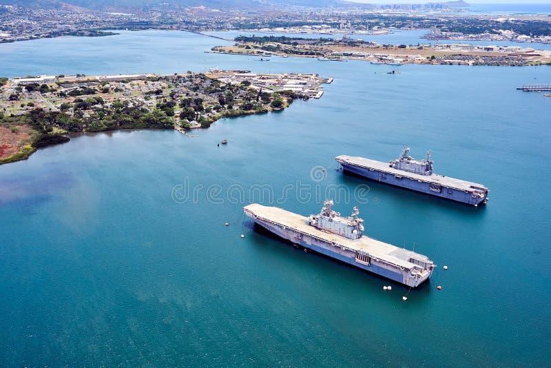 夏威夷,美国- 2017年8月8日:战舰鸟瞰图在夏威夷海洋的在珍珠港附近 免版税库存照片