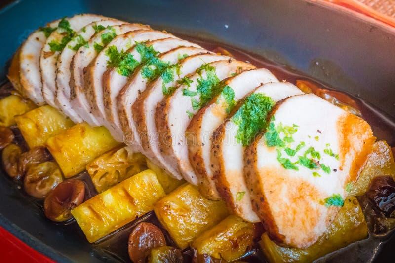 夏威夷Kurobuta猪排,被烘烤的菠萝 免版税库存图片