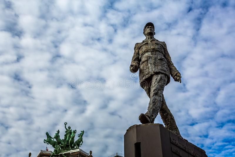夏尔・戴高乐古铜色雕象反对蓝天的 免版税库存照片
