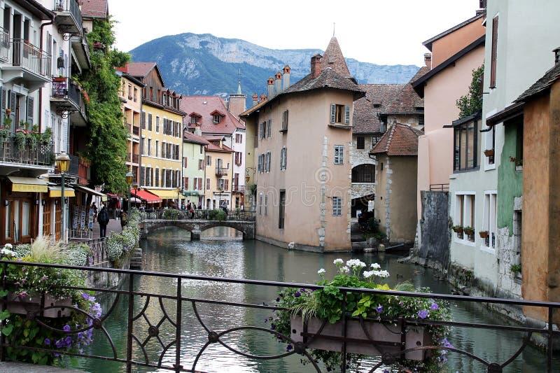 夏慕尼村庄阿尔沃河河,法国 免版税库存图片