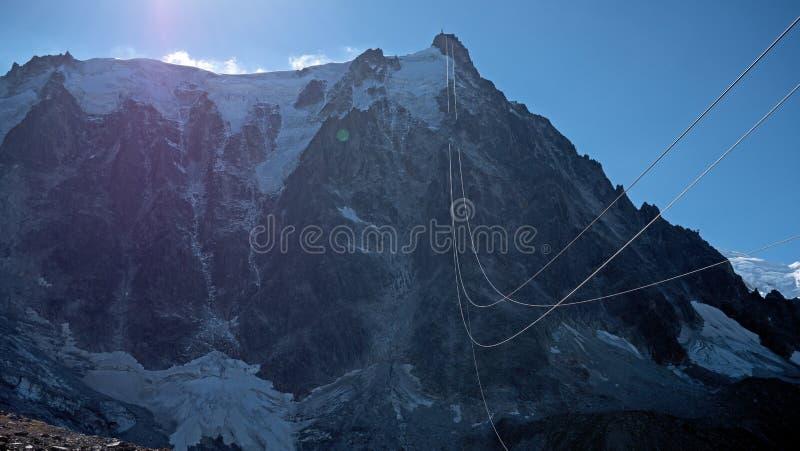夏慕尼谷和勃朗峰断层块的高山在夏慕尼村庄在法国 图库摄影