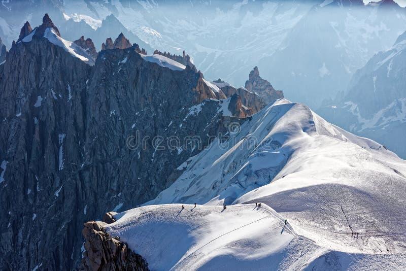 夏慕尼,法国东南部,奥韦涅RhÃ'ne Alpes 赴勃朗峰的登山人 下降南针峰电车st 库存照片