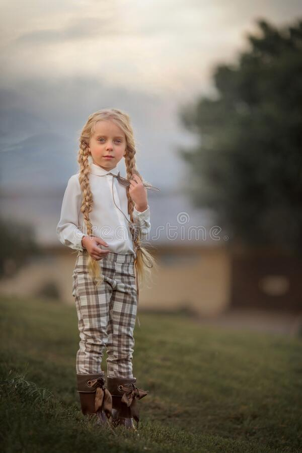 夏日休闲发型的长发小女孩 图库摄影
