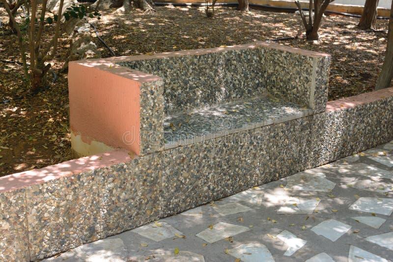 夏日在公园里用石头做的长凳 免版税库存照片