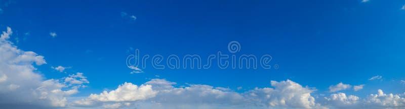 夏日多云的天空 库存照片