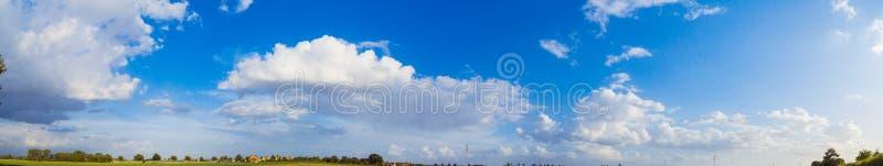 夏日多云的天空 免版税库存照片