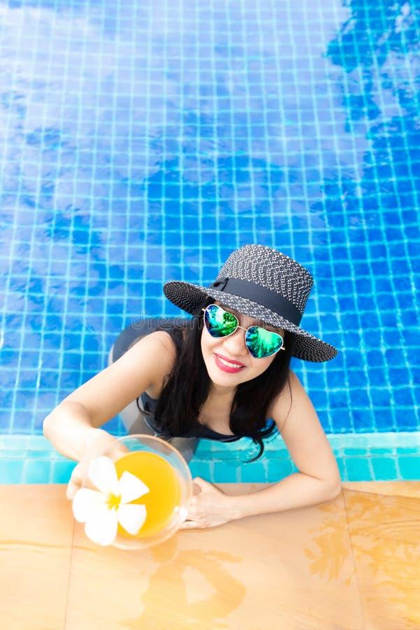 夏时和假期 妇女生活方式松弛和饮用的汁液桔子 免版税库存照片
