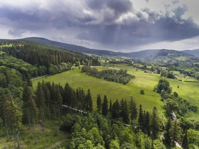 夏时的鸟瞰图在山的在Stronie Slaskie附近 库存照片