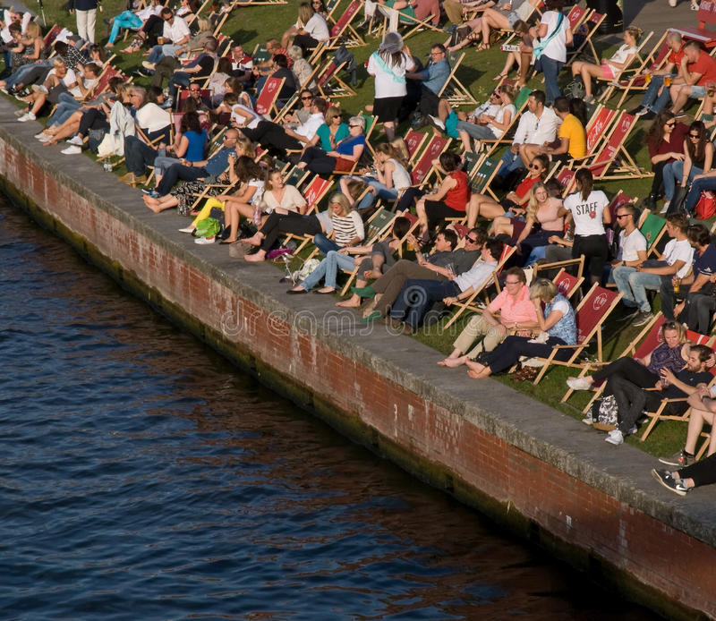 Download 夏令时柏林 编辑类库存图片. 图片 包括有 阳光, 人们, 夏天, 节假日, berlitz, 德国, 乐趣 - 85996509