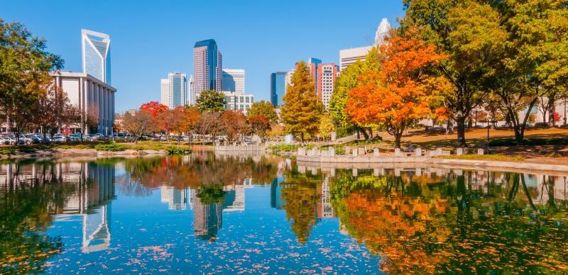 夏洛特市地平线秋天季节 免版税库存图片