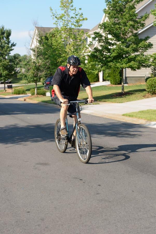 夏洛特,北部卡罗来纳州6月:骑自行车的成熟人 库存照片