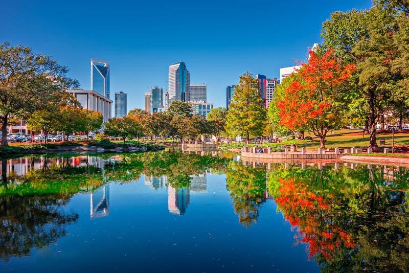 夏洛特从执法官公园秋天季节的市地平线与蓝色 免版税库存图片