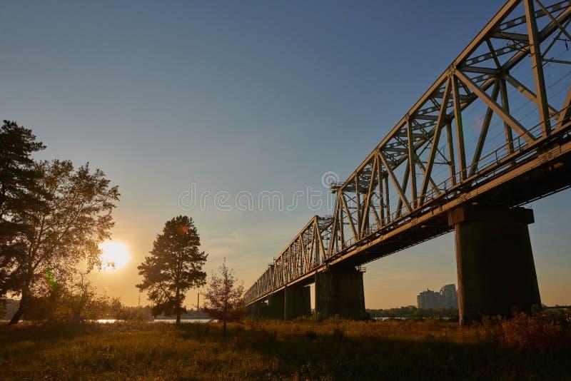 夕阳下乌克兰基辅第聂伯河铁路桥 库存照片