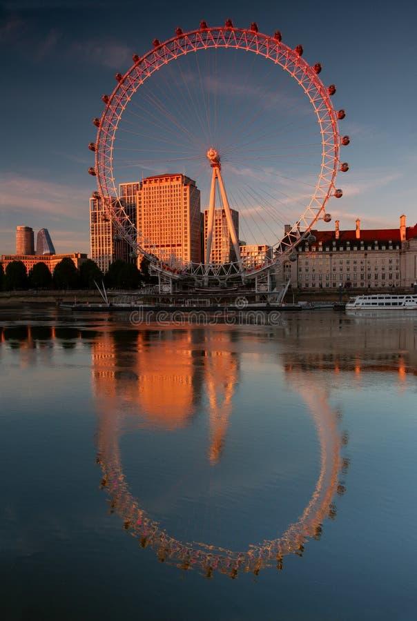 夕阳下河中的伦敦眼 库存照片