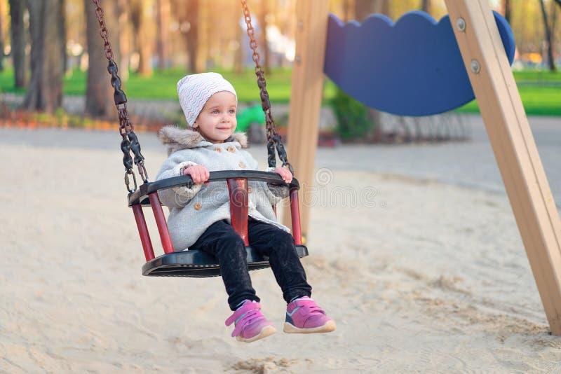 夕阳秋冬秋秋秋的快乐女孩 小孩子秋天在自然公园玩耍 库存图片