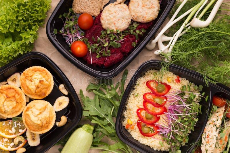 外卖食品不同在microwavable容器的 库存照片