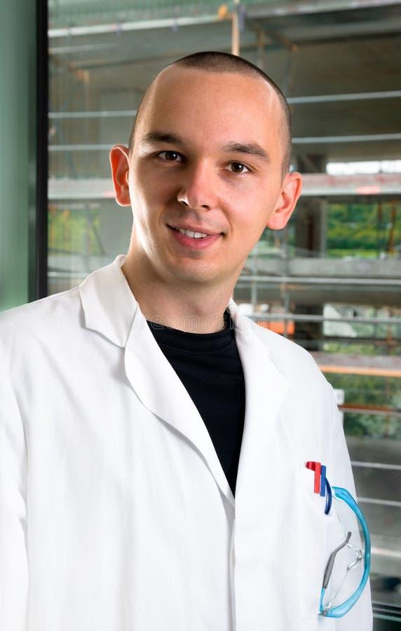 外套实验室科学家年轻人 免版税库存照片