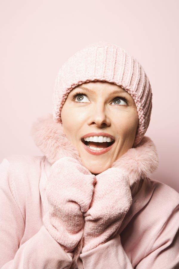 外套帽子佩带的冬天妇女 免版税库存图片