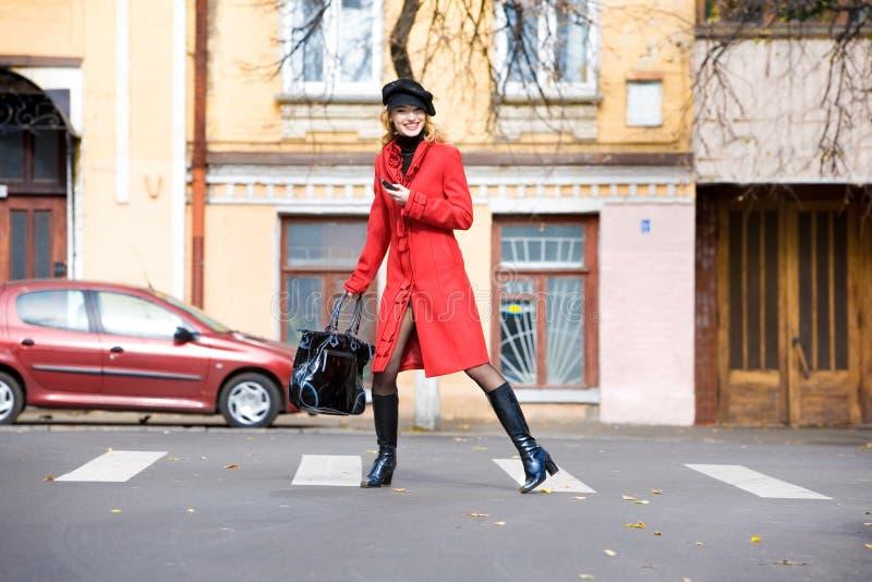 外套户外女孩移动红色 免版税库存照片