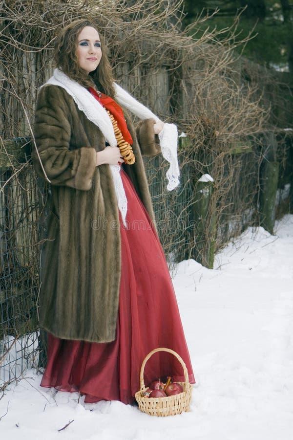 外套毛皮俄国妇女年轻人 免版税库存照片