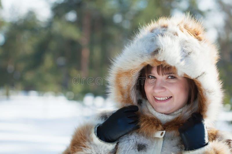 外套毛皮冷漠女孩的公园 库存照片