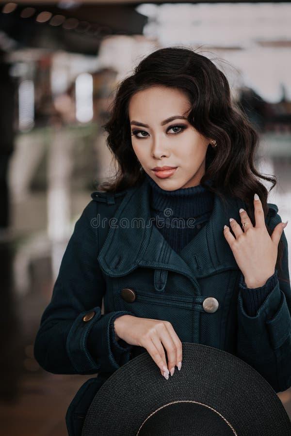 外套的时兴的女孩 库存照片