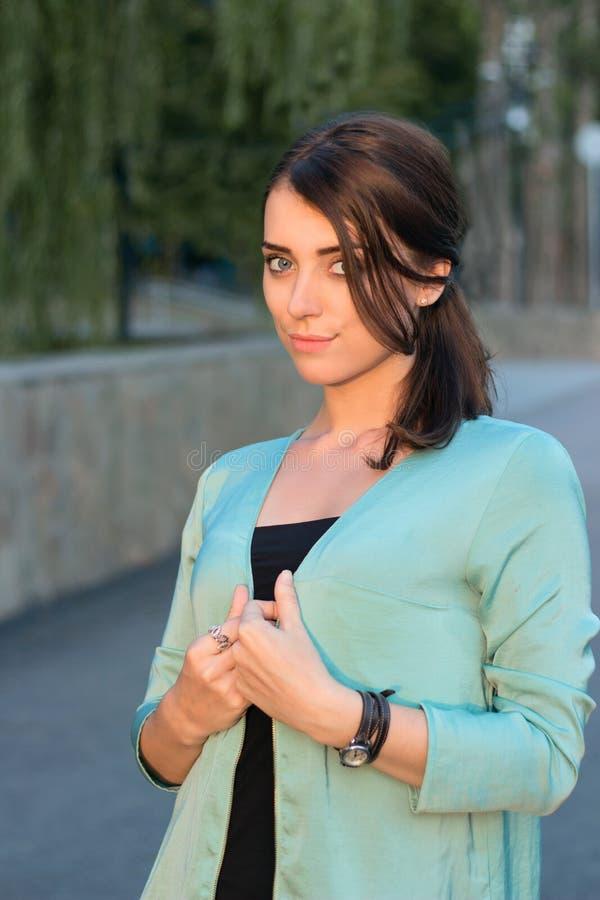 外套的美丽的女孩 免版税库存照片