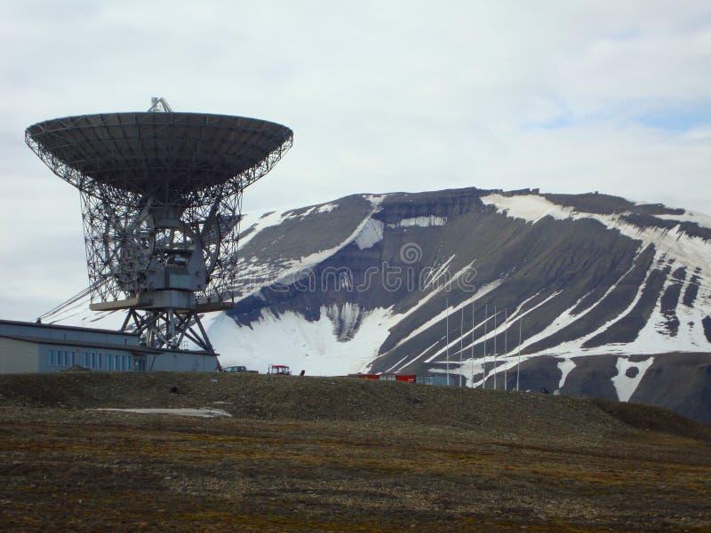外层空间收音机望远镜和卫星跟踪驻地的看法在Spitzbergen的,挪威朗伊尔城 免版税库存照片