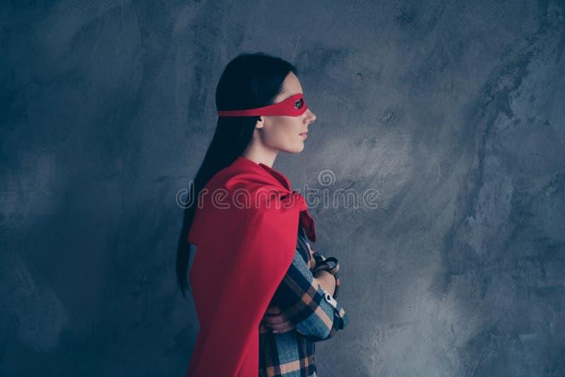 外形侧视图画象她她nice-looking可爱的迷人的可爱的确信的镇静夫人佩带的英雄神色 库存照片