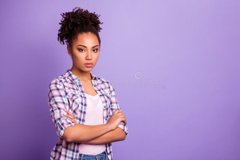 外形侧视图画象她她nice-looking迷人逗人喜爱俏丽有吸引力可爱严肃坦率有波浪头发 库存照片