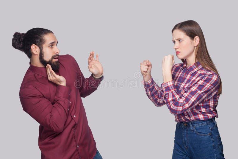 外形恼怒的妇女身分侧视图画象与拳击f的 免版税库存照片