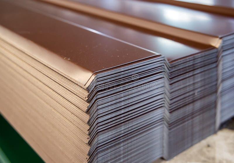 外形板料的板料在仓库机架被堆积 图库摄影