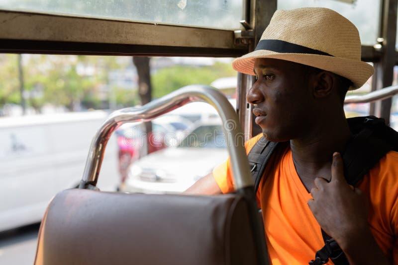 外形观点的年轻非洲黑人旅游人在公共汽车上 免版税库存照片