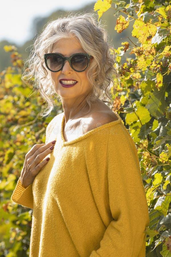 外戴太阳镜的肖像女 免版税库存照片