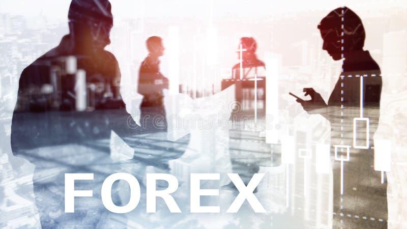 外汇贸易、财政蜡烛图和图表在被弄脏的商业中心背景 男人和妇女,剪影 免版税图库摄影