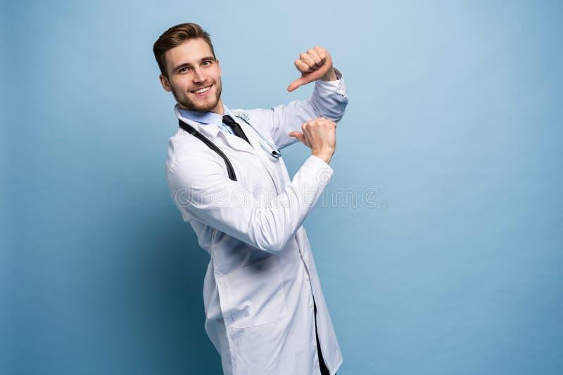 外科医生医生人骄傲和自满在浅兰隔绝的爱概念 图库摄影
