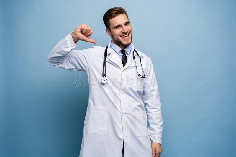 外科医生医生人骄傲和自满在浅兰隔绝的爱概念 免版税图库摄影