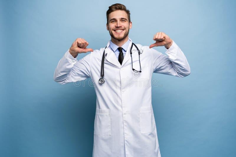 外科医生医生人骄傲和自满在浅兰隔绝的爱概念 免版税库存照片