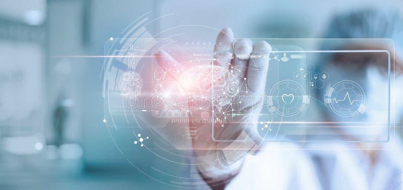 外科医生医生,分析耐心脑子测试结果和人的解剖学在技术数字未来派真正接口的, 免版税库存照片