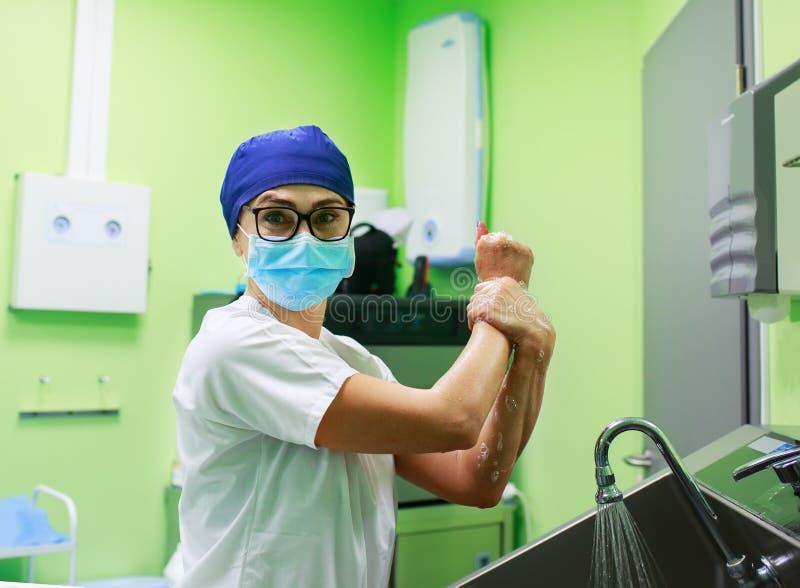 外科医生在医院洗涤的手上 免版税库存图片