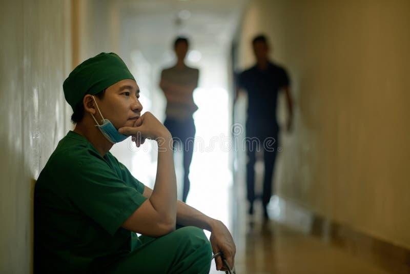 外科医生在操作以后 免版税库存图片